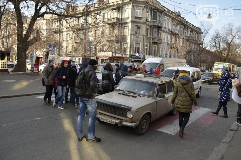 Протестующие студенты перекрыли улицу вцентре Одессы