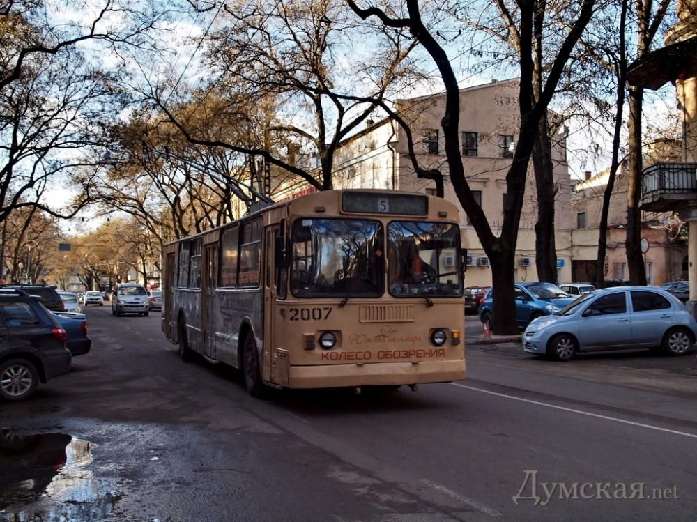 ожидающие троллейбус на