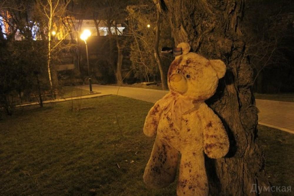 с большим плюшевым медведем