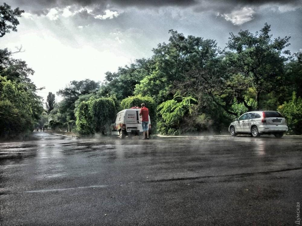 Одессу накрыл ливень: улицы подтоплены, апроезд— затрудненный