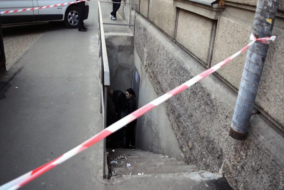 ВОдессе около входа вподвал обнаружили тело новорожденного ребенка: размещены кадры