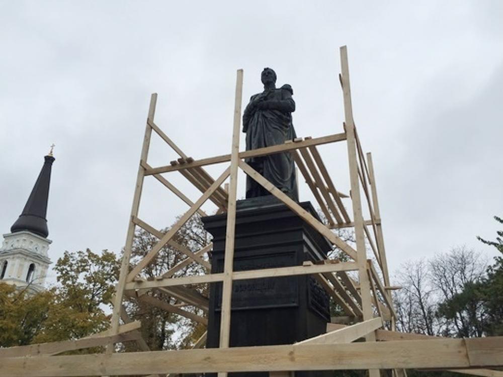 Монумент Воронцову обнесли лесами: реставрацию обещают закончить доконца года
