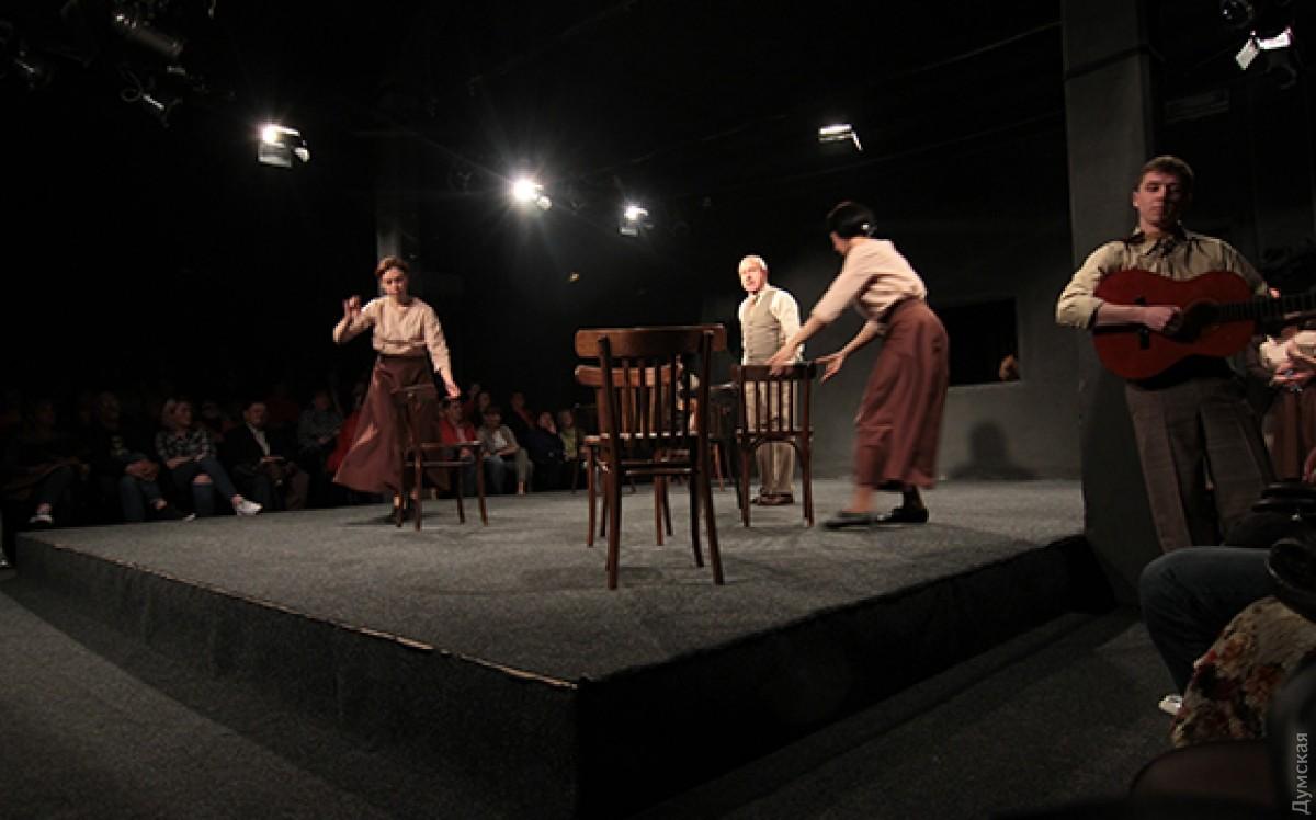 Видео пожилую лапает в театре фото 503-323