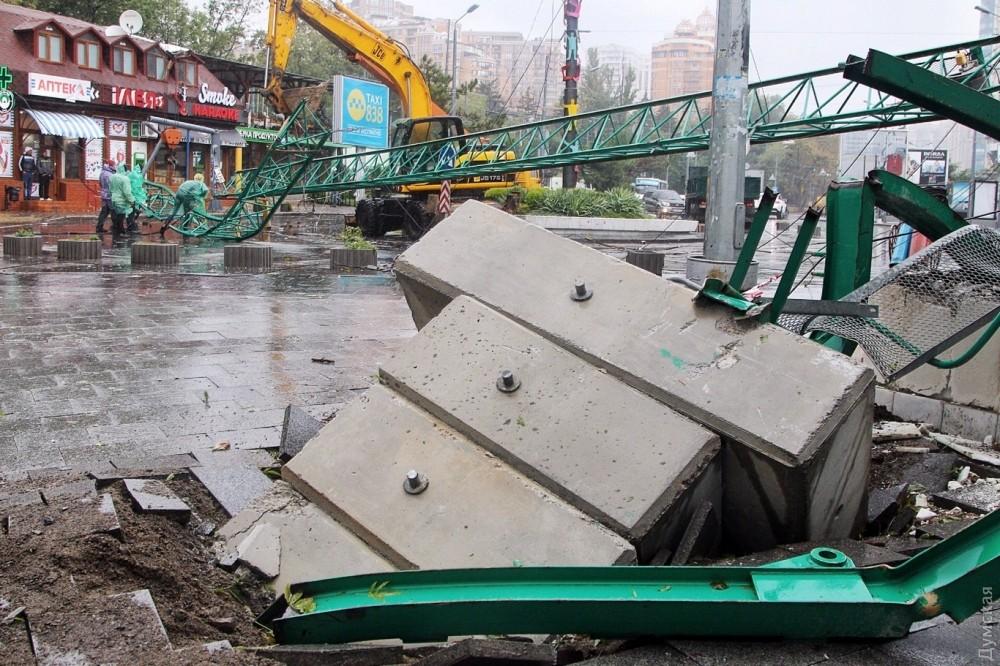 ВОдессе снесенный ветром строительный кран рухнул накафе