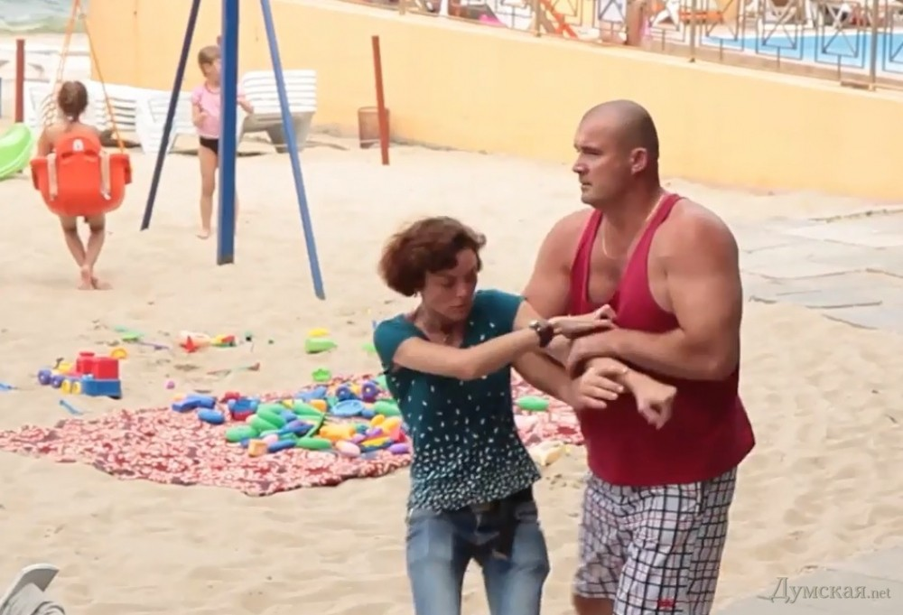 Девушка на пляже приставала к мужчине
