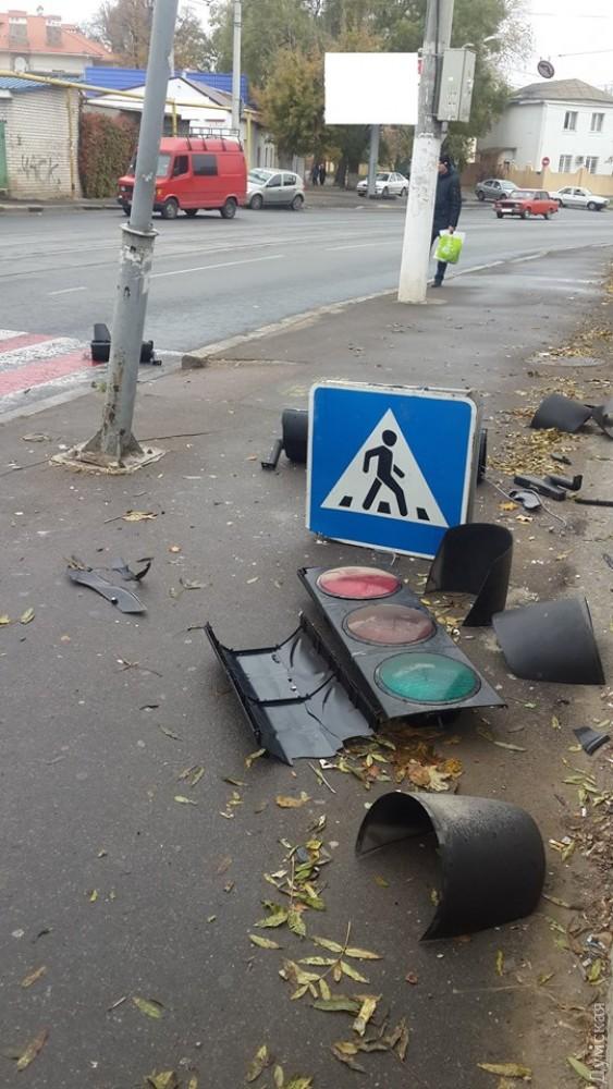 В Одессе пострадал очередной светофор (фото)