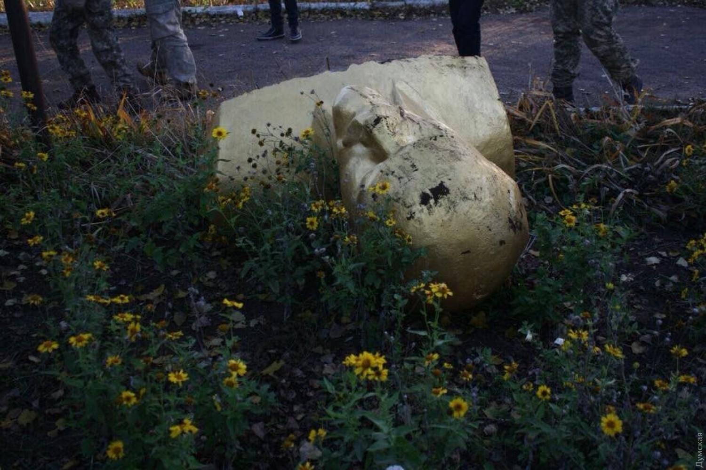 ВШабо снесли бюст Ленину