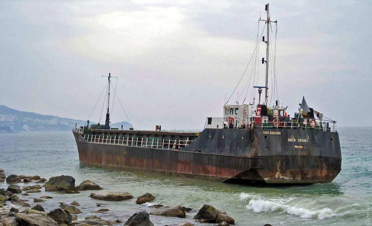 Уберегов Крыма сел намель корабль сукраинским экипажем