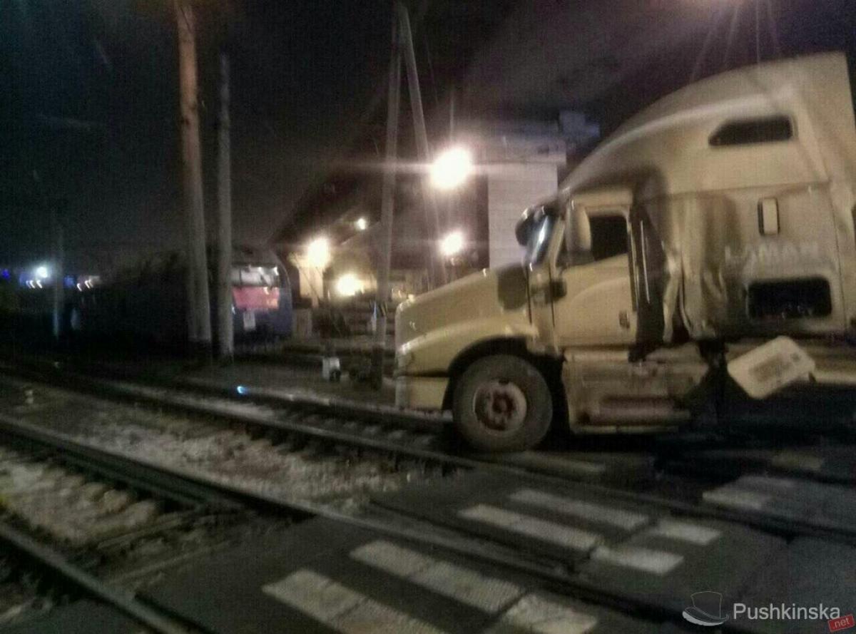 ВОдессе поезд столкнулся с фургоном