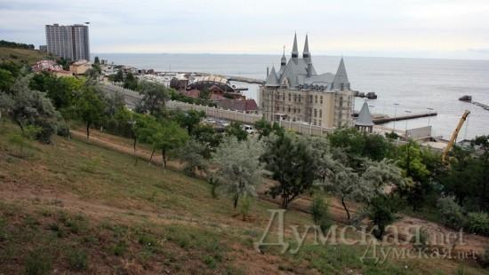 На переднем плане — замок Юракадемии, за ним — «Колумбус» и прочий «Вланев». Задний план уродует «Морская симфония