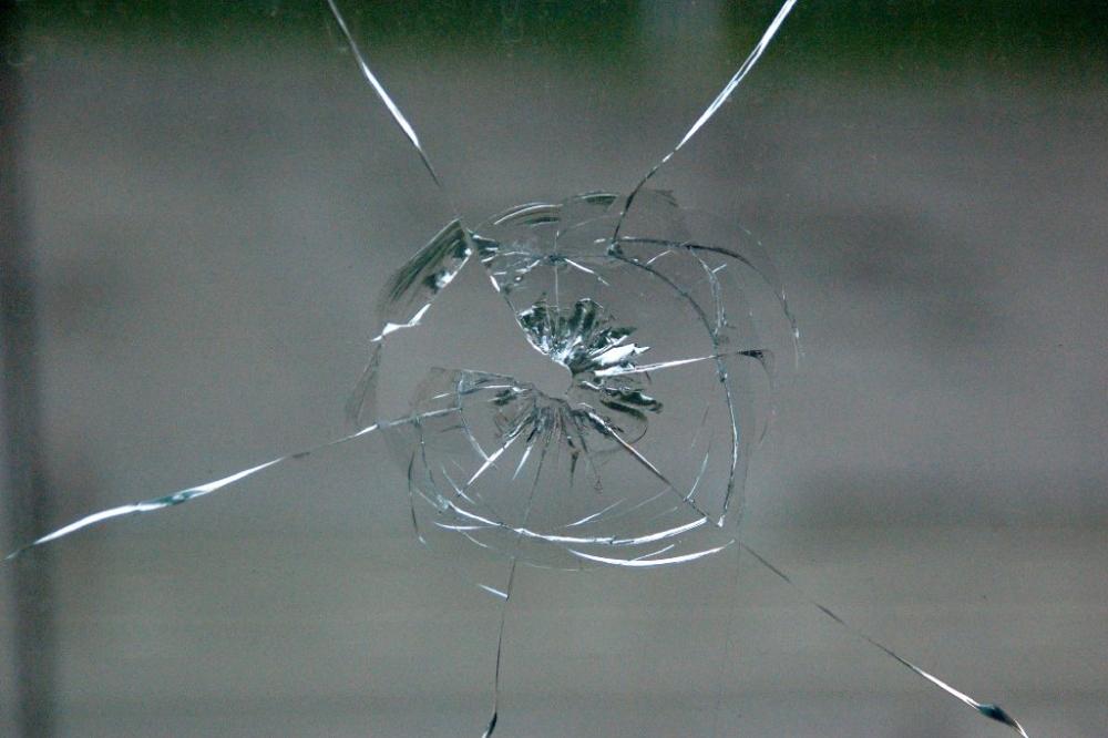 Кто-то устроил стрельбу по окнам общеобразовательного учреждения