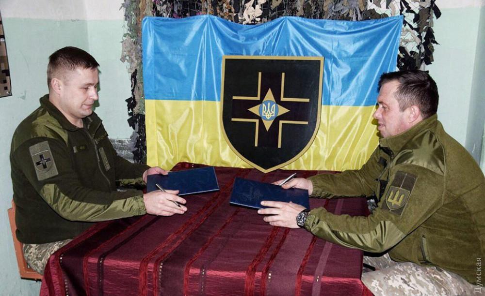 """Комбриг Максим Марченко подписывает """"меморандум"""" с коллегой из 57-й мотопехотной"""