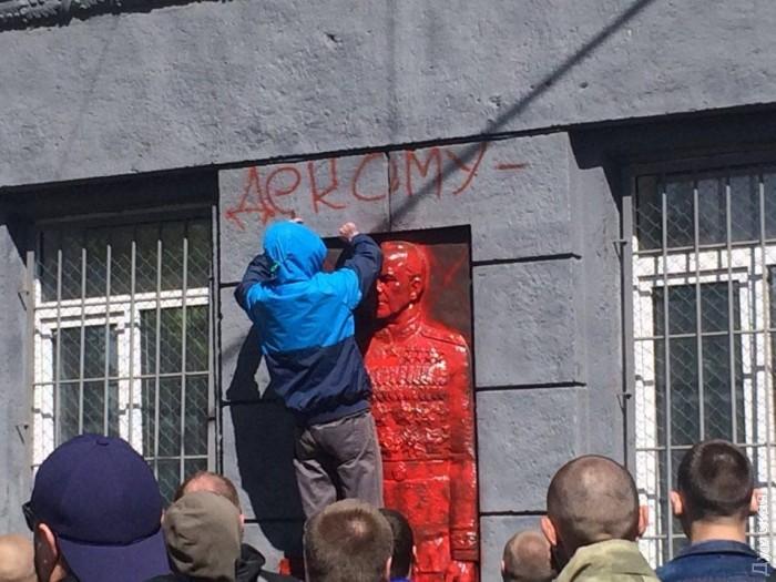 В Одессе вандалы залили красной краской мемориальную доску маршалу Жукову