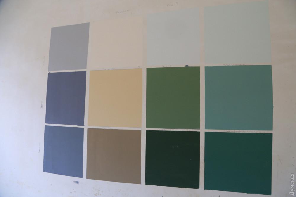 Выкраски дома Руссова. За с лишним лет истории здания его цвет менялся много раз. Оно было и цвета охры, и зеленым, и даже серым