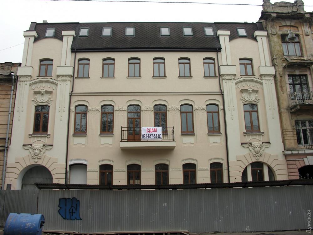 А дом №8 по Елисаветинской после реставрации выглядит на удивление прилично. Портит вид только новая мансарда