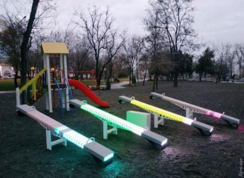 В парке Шевченко это выглядит вообще так. Посреди грязи