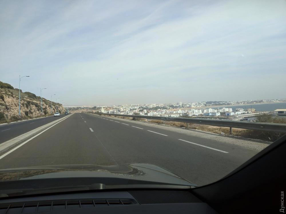 Марокко. Обычная дорога в городе Агадир. Можно позавидовать