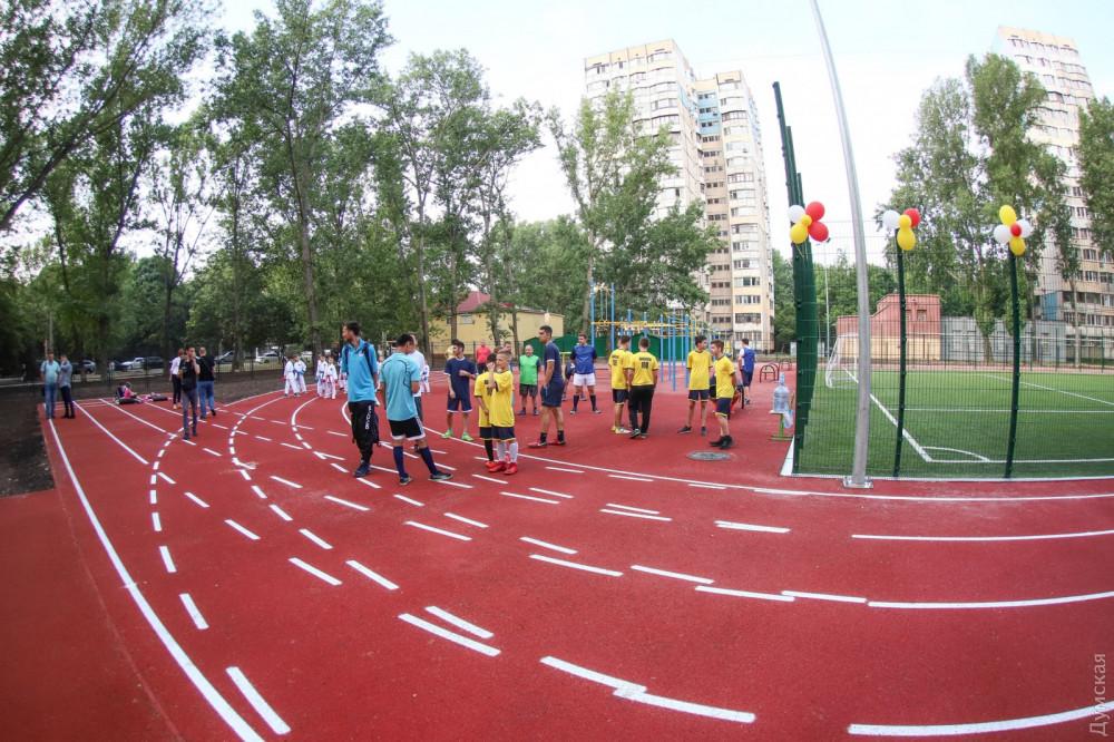 Новый стадион школы №100 открыли несколько дней назад. В мэрии заверяют, что арендатор не будет закрывать сооружение для школьников