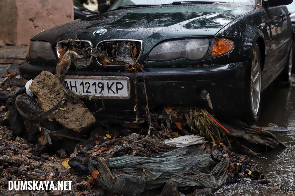 В Одессе мощный поток воды после ливня снес десятки припаркованных автомобилей