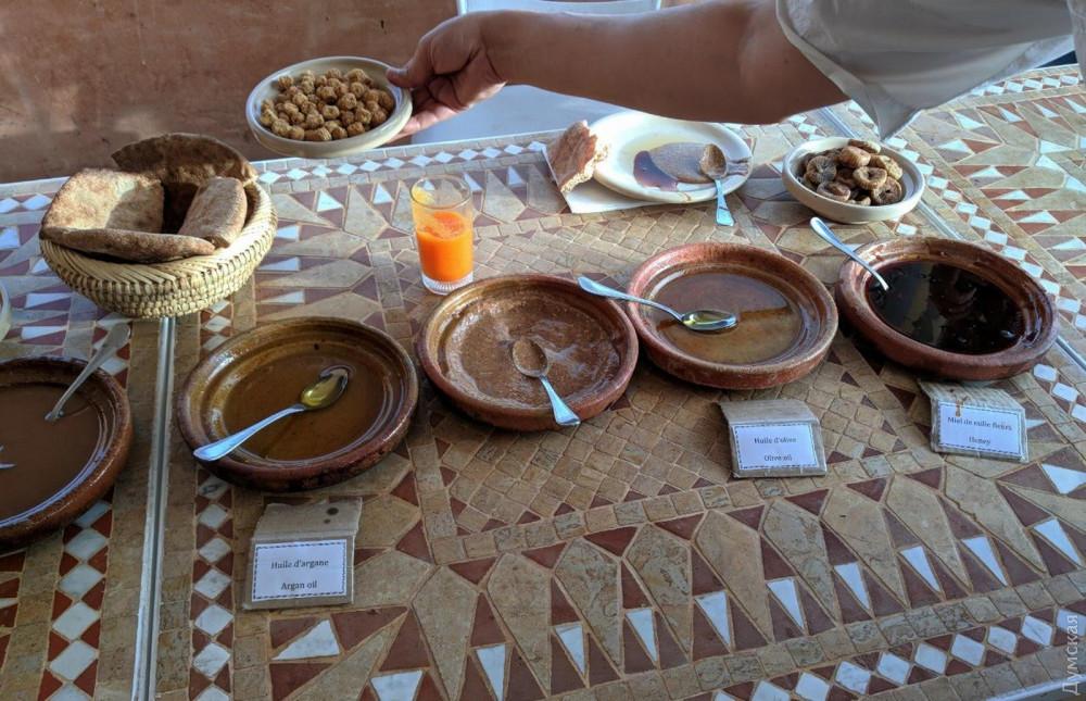 На тонкой пресной лепешке все становится вкуснее. Особенно марокканский мед — очень густой, пряный, насыщенный