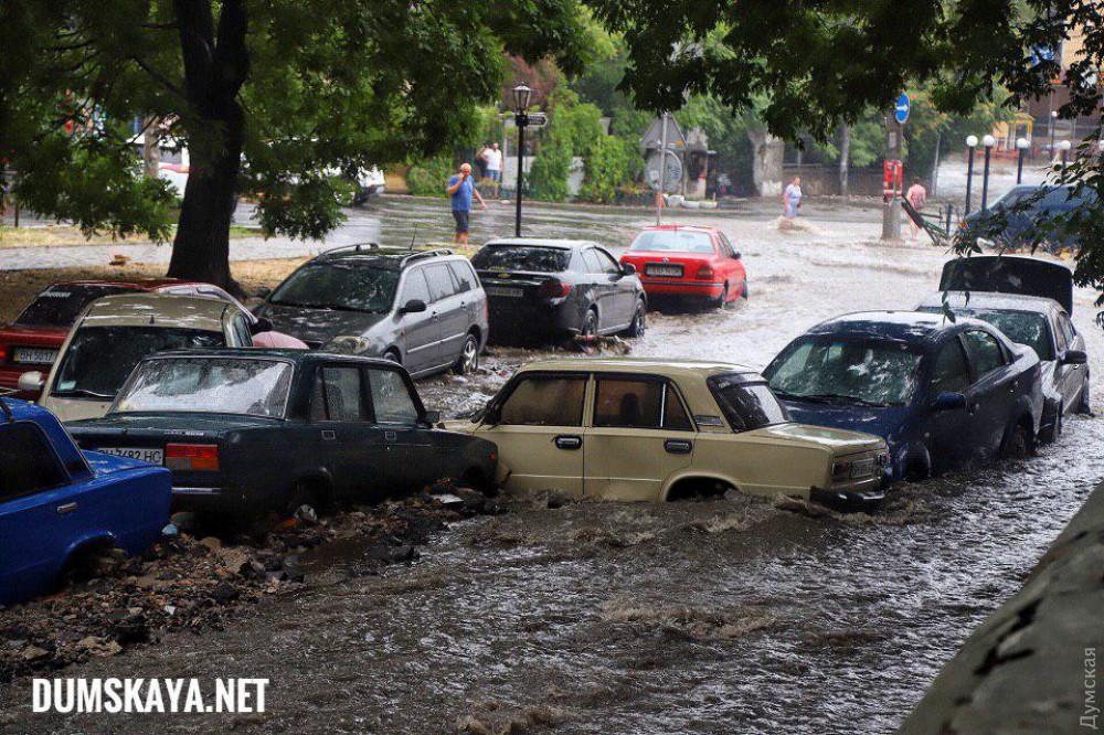 Последствия ливня в Одессе: смытые припаркованные машины и развороченный коллектор