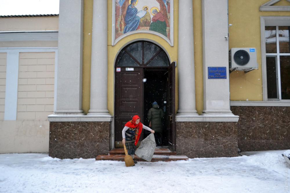 Здесь и ниже утренняя служба в Украинской православной церкви на Пастера
