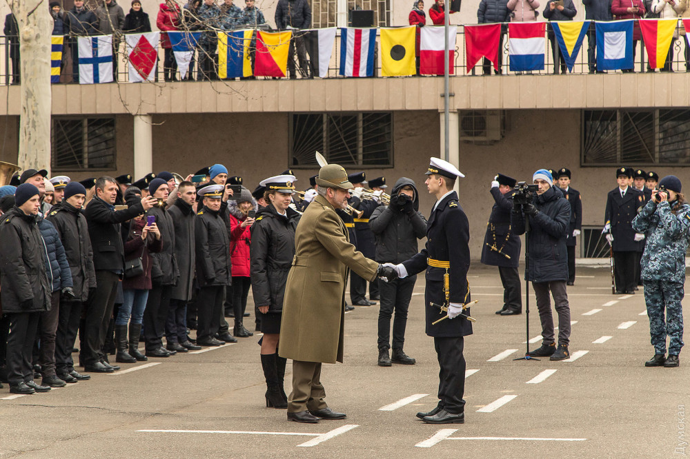 Лучший выпускник, по традиции, получает кортик от итальянских ВМС