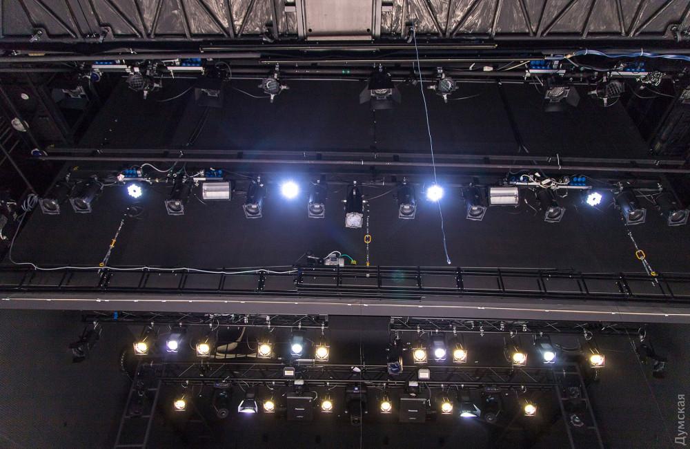 Осветительное оборудование театра укомплектовано приборами ведущих мировых производителей