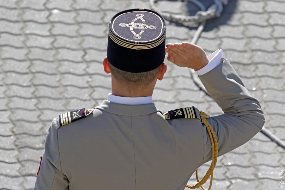 Положение правой руки в воинском приветствии заметно отличается от нашего
