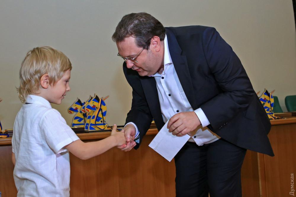 Вадим Мороховский вручает приз самому юному участнику - пятилетнему Максиму Криштафору
