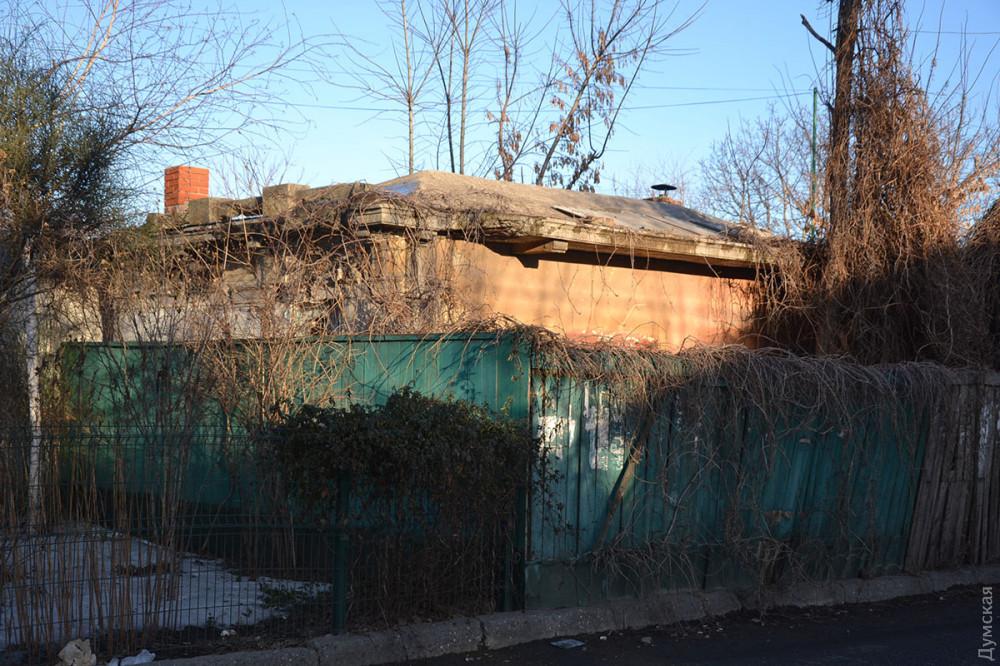 Остановка на улице Авдеева-Черноморского захвачена частником, но не используется и разрушается