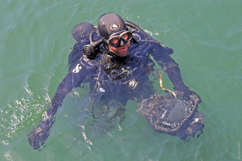 Румынский водолаз держит сканер для обследования подводной части кораблей