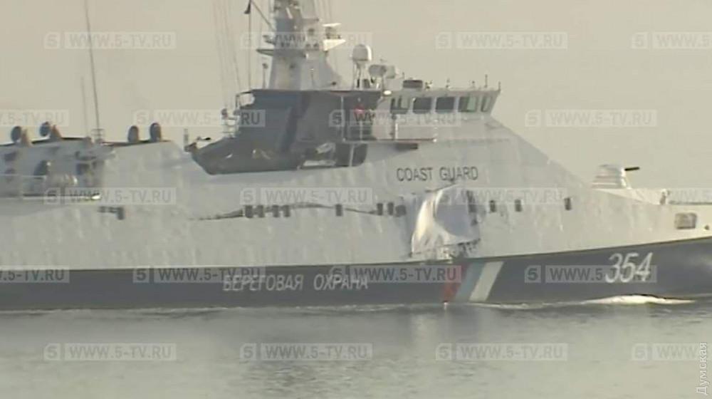 """Российский сторожевой корабль """"Изумруд"""" в Керченском проливе. В него въехал танкер, блокировавший проход в Азовское море"""