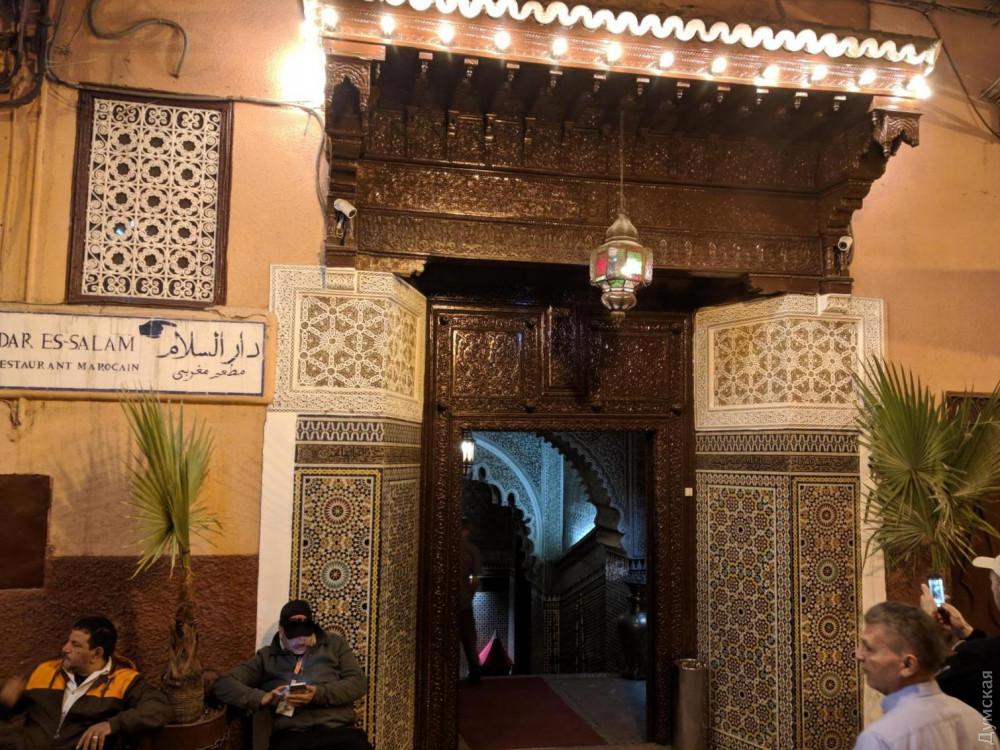 Богато украшенные двери в мавританском стиле. Дверям и воротам здесь традиционно уделяют особое внимание
