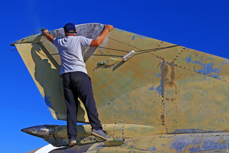Участник боев над Синаем готовится к покраске