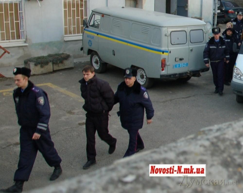Подозреваемых под конвоем доставляли в зал суда