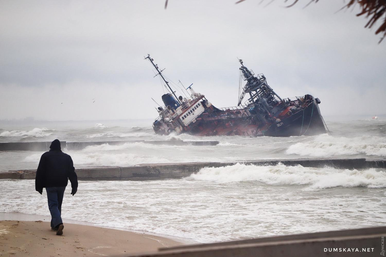 Танкер, що зазнав аварії поблизу Одеси, викинуло на мілину, власник не дозволяє екіпажу евакуюватися - Цензор.НЕТ 3944
