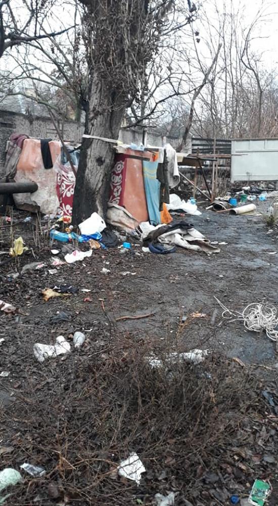 В Одессе нашли маленькую девочку, которая жила в шалаше посреди свалки