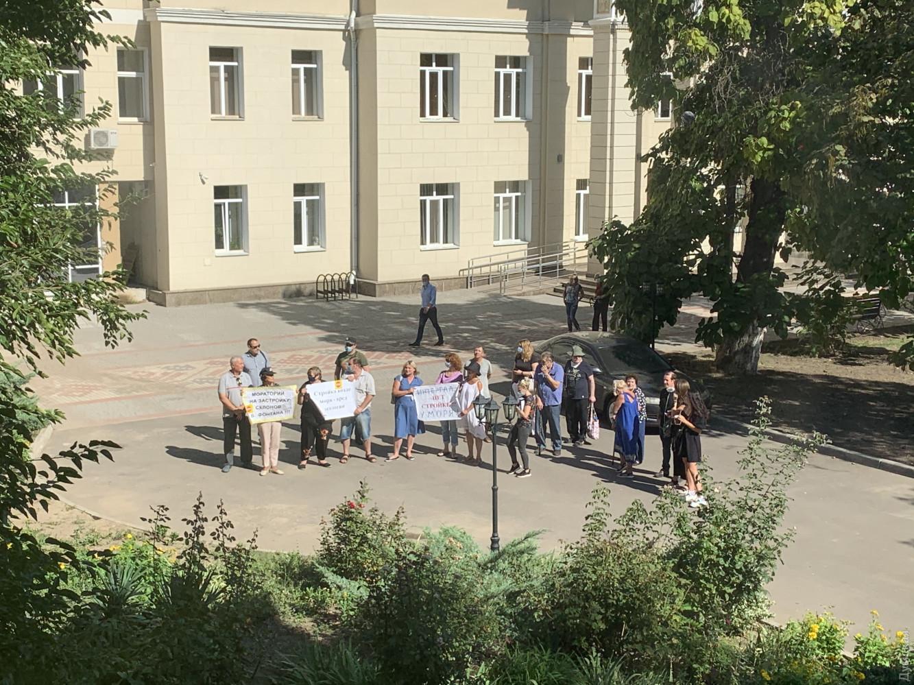 Заседания сопровождались митингом местных жителей, протестующих из-за стройки