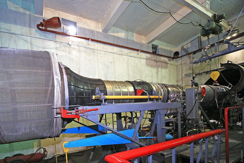 Очередной мотор на стенде испытательной станции. Слева воздухозаборник, имитирующий входное устройство на Миг-21. Справа - огневая камера для раскаленных газов