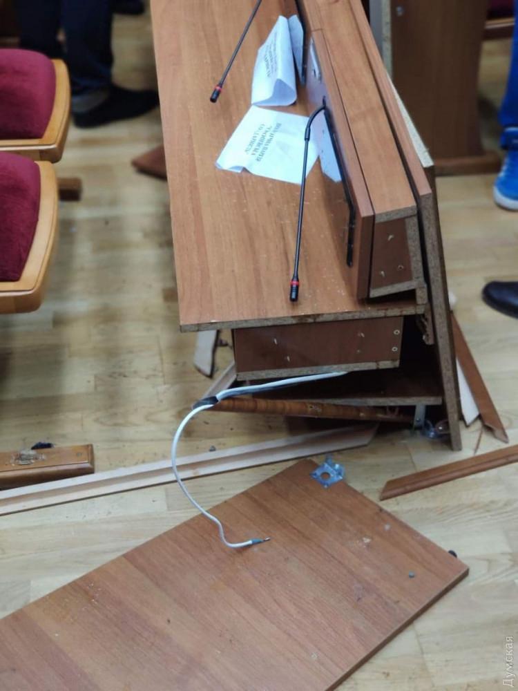 Сессия Одесского облсовета не может начаться уже восемь часов: депутаты дерутся, выбивают двери и ломают мебель
