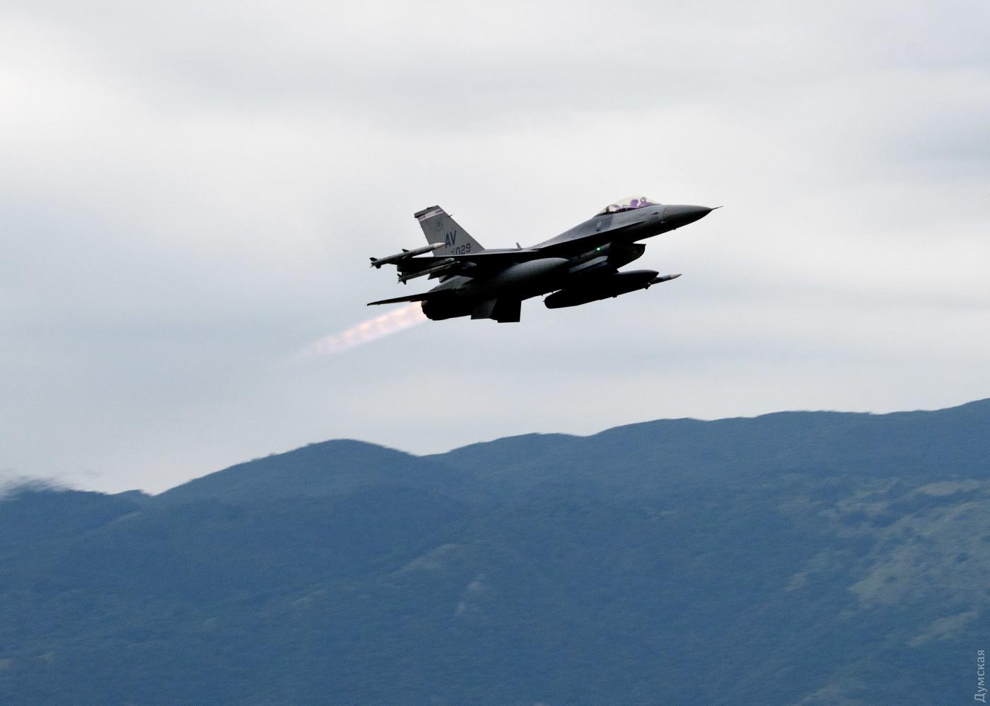 Истребитель F-16 взлетает с авиабазы Авиано для тренировки над Черным морем. Фото: пресс-служба ВВС США