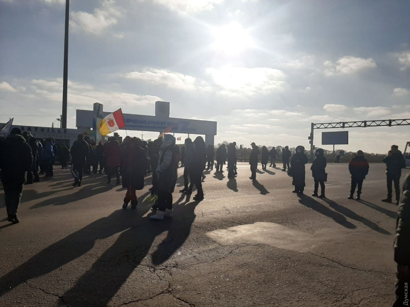 Сотрудники «7-го км» до сих пор блокируют трассу и даже установили палатки, готовясь ночевать на месте протеста