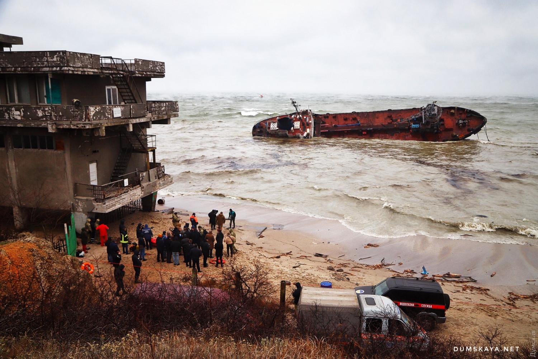 Танкер, що зазнав аварії поблизу Одеси, викинуло на мілину, власник не дозволяє екіпажу евакуюватися - Цензор.НЕТ 1306