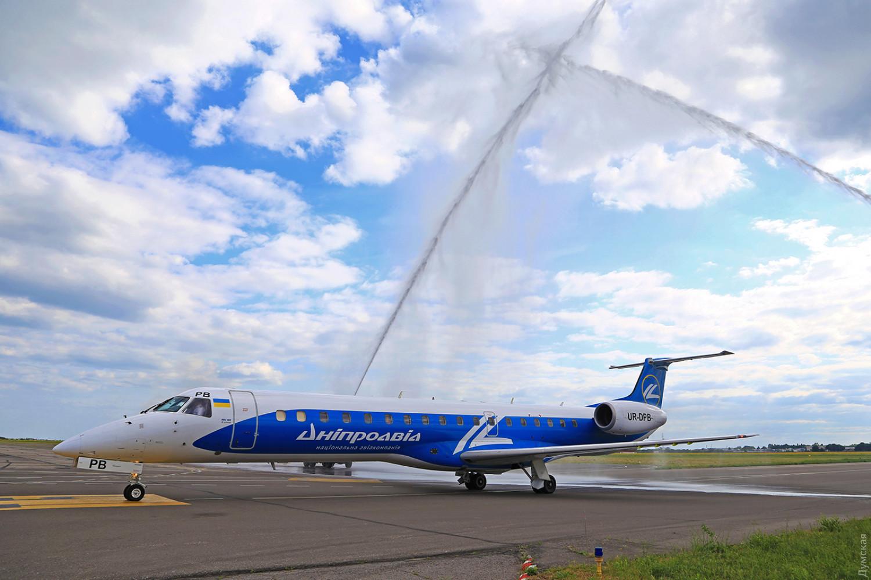 """Embraer-145 могут начать внутренние перевозки. Борта так и летают в ливрее авиакомпании """"Днеправиа"""""""