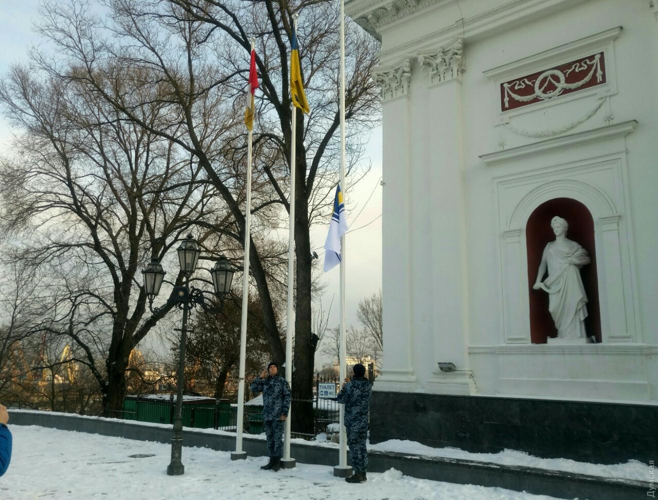 На знак підтримки захоплених у полон моряків прапор Військово-морських сил підняли у Вінниці - Цензор.НЕТ 598
