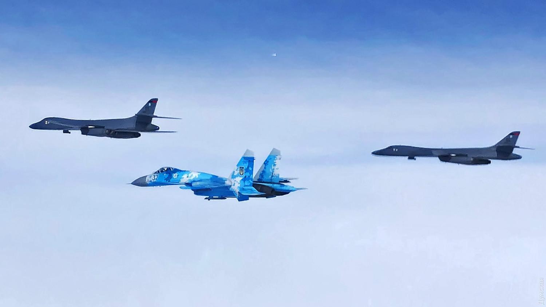 Су-27М1 из 39 БрТА сопровождает американские B-1B. Фото пресс-службы КПС ЗСУ