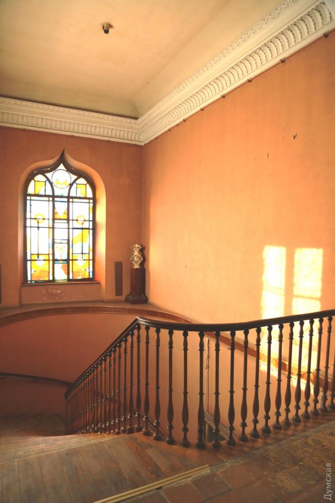 Так выглядит стена над лестницей для размещения нового арт-объекта в музее