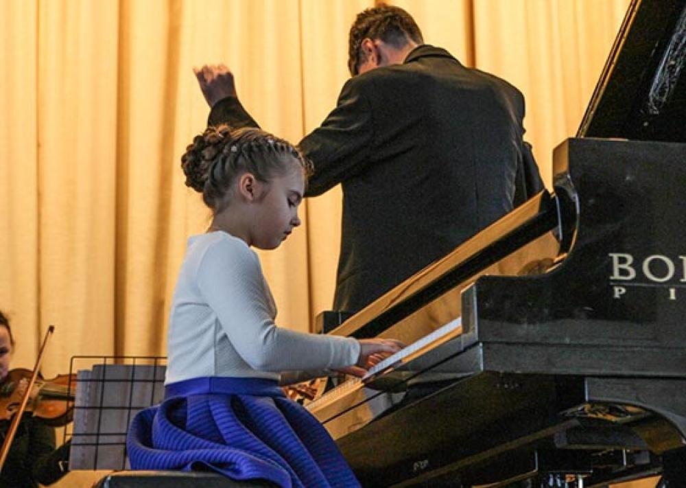 Преподаватель музыки и его юная ученица порно видео